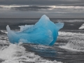 Blauwe ijsberg in zee