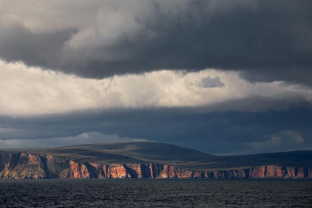 Het eiland Hoy gezien vanuit zee